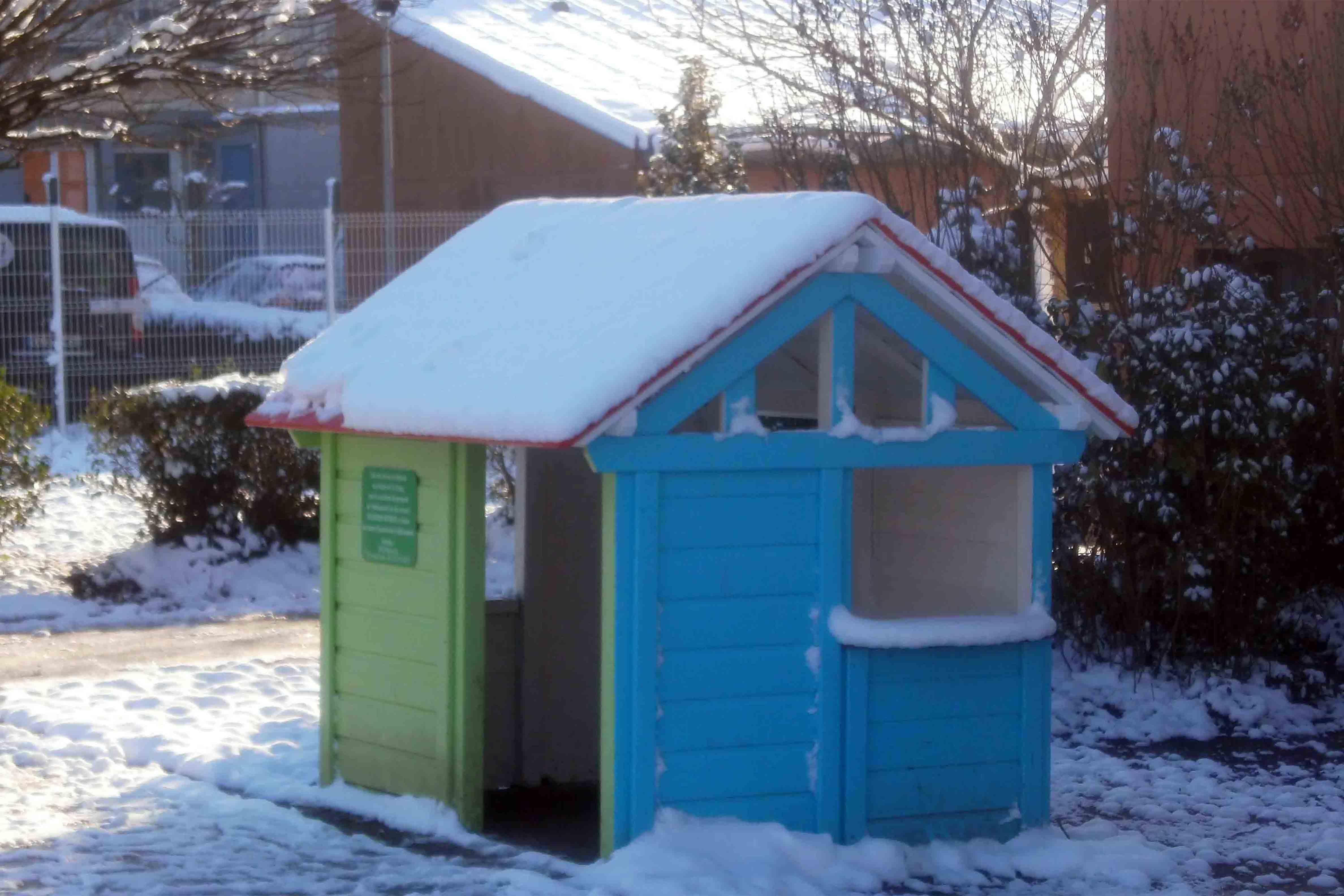 petite maison d'enfant restaurée à l'IRECOV sous la neige